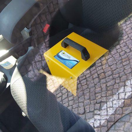 widok przez szybę, generator ozonu na siedzeniu samochodu