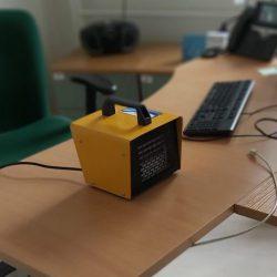 obrazek przedstawia ozonator ustawiony w biurze